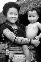 Depuis l'avènement du numérique, le noir et blanc n'a jamais été si populaire... Réelle quête artistique, ou simple nostalgie rétro? Conséquence paradoxale d'une perpétuelle fuite en avant technologique....Minorité Hmong à la frontière du Laos, Vietnam. Zoom EF70-200 mm f/2.8L USM. Mode Priorité vitesse, 150 de seconde, f/3.5. Sensibilité 100 ISO.