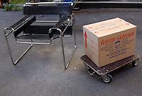 Operai mentre traslocano i mobili di un appartamento..Workers while moving the furniture of an apartment....