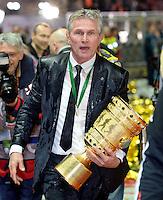FUSSBALL       DFB POKAL FINALE        SAISON 2012/2013 FC Bayern Muenchen - VfB Stuttgart    01.06.2013 Bayern Muenchen ist Pokalsieger 2013: Trainer Jupp Heynckes traget Biergeduscht den Pokal