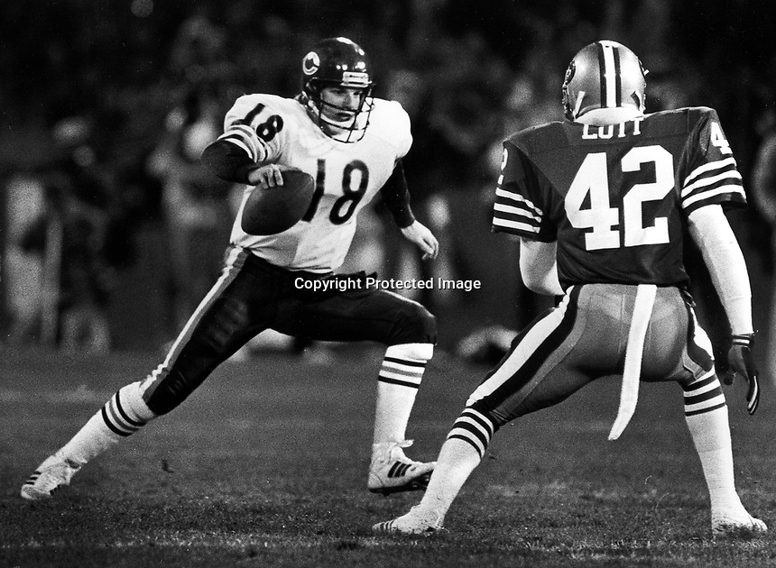 Chicaago Bear quarterback Mike Tomczak about to run into 49er back Ronnie Lott. (photo/Ron Riesterer)