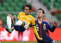 FUSSBALL   INTERNATIONAL   Testspiel    Japan - Brasilien          16.10.2012 NEYMAR (li, Brasilien) gegen Maya YOSHIDA (re, Japan)