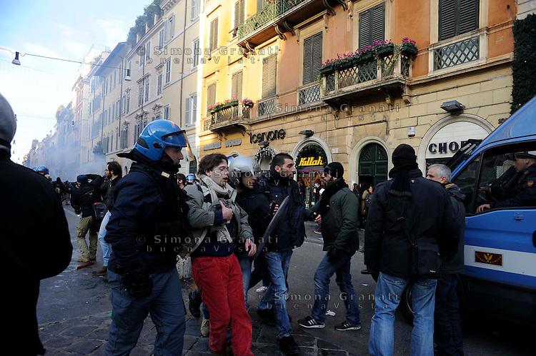 Roma, 14 Dicembre 2010<br /> Via del Corso<br /> Manifestazione contro la fiducia al governo Berlusconi, scontri con la polizia, incendi e barricate.<br /> Rome, December 14, 2010<br /> <br /> Demonstration against the trust to the Berlusconi government, clashes with police, fire and barricades