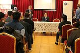 Nguyen Cong Hung tritt für die konservative ODS bei den Europawahlen an. Debatte im vietnamesischen Großmarkt SAPA in Prag.