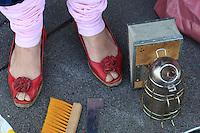 Les chaussures rouges d'Erica sont un symbole féministe dans l'apiculture. L'apiculture change et les femmes s'y intéressent de plus en plus. C'est la fin de l'image d'Epinal de l'apiculteur avec sa grande barbe.///Erica's red shoes are a feminist symbol in beekeeping. Beekeeping is changing and more and more women are becoming interested in it. It's the end of the stereotype of the beekeeper with his long beard.
