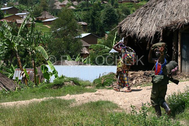 © Remi OCHLIK/IP3, Kayabayanga , Republique Democratique du Congo, le 20 novembre 2008 - Les troupe de la 7eme brigade des FARDC, l armee reguliere congolaise, se redeploient vers Kirumba..Members of regular army, 7e section, are moving to Kirumba throught the jungle near Kayabayanga