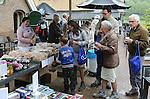 Foto: VidiPhoto<br /> <br /> RHEDEN - Deelnemers aan de afsluiting van de DEL-actie (Draagt Elkanders Lasten) op de Posbank bij Rheden. Abonnees van het Reformatorisch Dagblad en Terdege konden zaterdag wandelen, fietsen en hardlopen in het natuurgebied bij Arnhem met als doel geld in te zamelen voor mensen in nood -in dit geval Bangladesh- via de stichting Woord en Daad. Doel is in dat land betere medische zorg, hygi&euml;ne en drinkwatervoorzieningen te cre&euml;ren, Het Posbank Event heeft ruim 13.000 euro opgebracht. Waarmee het bedrag van de hele actie (vanaf november 2014) boven de 4 ton komt, ruim een ton boven de verwachting.