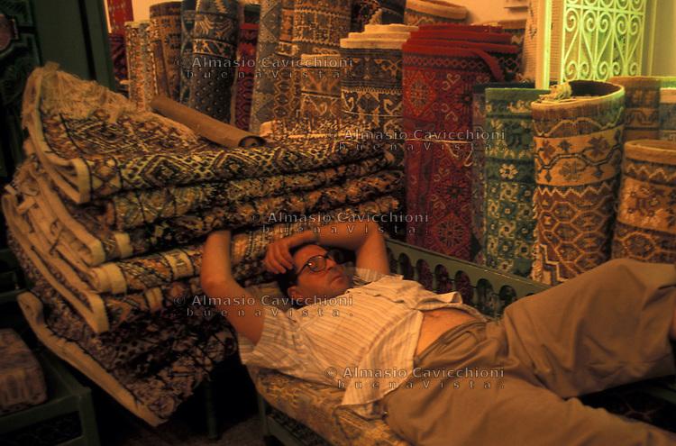 Tunisia, citt&agrave; di Kairouan, venditore di tappeti nel suo negozio.<br /> Tunisia, the city of Kairouan, carpet seller in his shop.