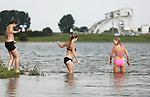 Foto: VidiPhoto<br /> <br /> MAURIK - Zomergevoel weer terug. Zwemmers en watersporters genieten donderdag bij recreatiegebied Eiland van Maurik in de Nederrijn van de mooie nazomer. Na een aantal weken van on-zomerse temperaturen en regenbuien, is het nu opeens weer volop zomer. Reden voor veel mensen om de waterkant op te zoeken. Het Eiland van Maurik in de Rijn is een van de meest populaire watersportgebieden langs de Rijn. Rijkswaterstaat waarschuwt juist nu om niet in de rivieren te gaan zwemmen omdat het het gevaar voor onderkoeling richting herfst relatief groot is.