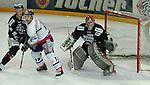 Deutscher Eishockey Pokal 2003/2004 , Halbfinale, Arena Nuernberg (Germany) Nuernberg Ice Tigers - Koelner Haie (1:3) links Stefan Schauer (Koeln) gegen Greg Leeb (Nuernberg) rechts Leonhard Wild (Koeln) im Tor