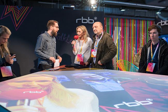 11. re:publica-Konferenz in Berlin<br /> Vom 8. bis 10. Mai 2017 findet in Berlin die elfte re:publica-Konferenz in Berlin unter dem Motto &bdquo;Love Out Loud&ldquo; statt. Die Veranstalter wollen mit dem Motto &bdquo;Love Out Loud!&ldquo; (LOL fuer positiv Denkende) ein &bdquo;Zeichen fuer Engagement und Emanzipation in der digitalen Gesellschaft setzen&ldquo;.<br /> Die Konferenz zum Thema Internet und digitale Gesellschaft bietet auf bis zu 18 Buehnen parallel mehr als 500 Stunden Programm. Ein guter Teil davon dreht sich um netzpolitische Fragestellungen aller Art. Erwartet werden ca. 8.000 Veranstaltungsteilnehmer.<br /> Im Bild: Zu Gast am Stand des Rundfunk Berlin-Brandenburg (rbb) die rbb-Intendantin, Patricia Schlesinger Mitte und der Programmchef von radioeins (rbb), Robert Skuppin (rechts neben Schlesinger). Links der rbb-Moderator Marcus Richter.<br /> 8.5.2017, Berlin<br /> Copyright: Christian-Ditsch.de<br /> [Inhaltsveraendernde Manipulation des Fotos nur nach ausdruecklicher Genehmigung des Fotografen. Vereinbarungen ueber Abtretung von Persoenlichkeitsrechten/Model Release der abgebildeten Person/Personen liegen nicht vor. NO MODEL RELEASE! Nur fuer Redaktionelle Zwecke. Don't publish without copyright Christian-Ditsch.de, Veroeffentlichung nur mit Fotografennennung, sowie gegen Honorar, MwSt. und Beleg. Konto: I N G - D i B a, IBAN DE58500105175400192269, BIC INGDDEFFXXX, Kontakt: post@christian-ditsch.de<br /> Bei der Bearbeitung der Dateiinformationen darf die Urheberkennzeichnung in den EXIF- und  IPTC-Daten nicht entfernt werden, diese sind in digitalen Medien nach &sect;95c UrhG rechtlich geschuetzt. Der Urhebervermerk wird gemaess &sect;13 UrhG verlangt.]