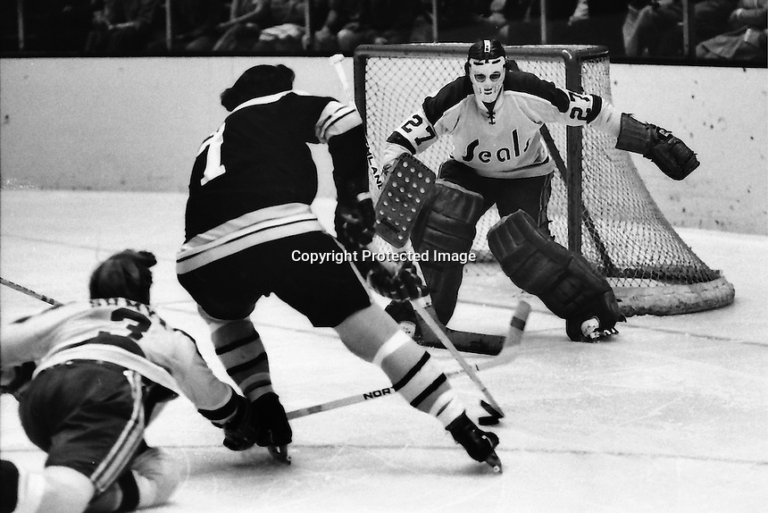 Boston Bruin Phil Esposito rush on Seal goalie Gilles Meloche. (1972 photo/Ron Riesterer)