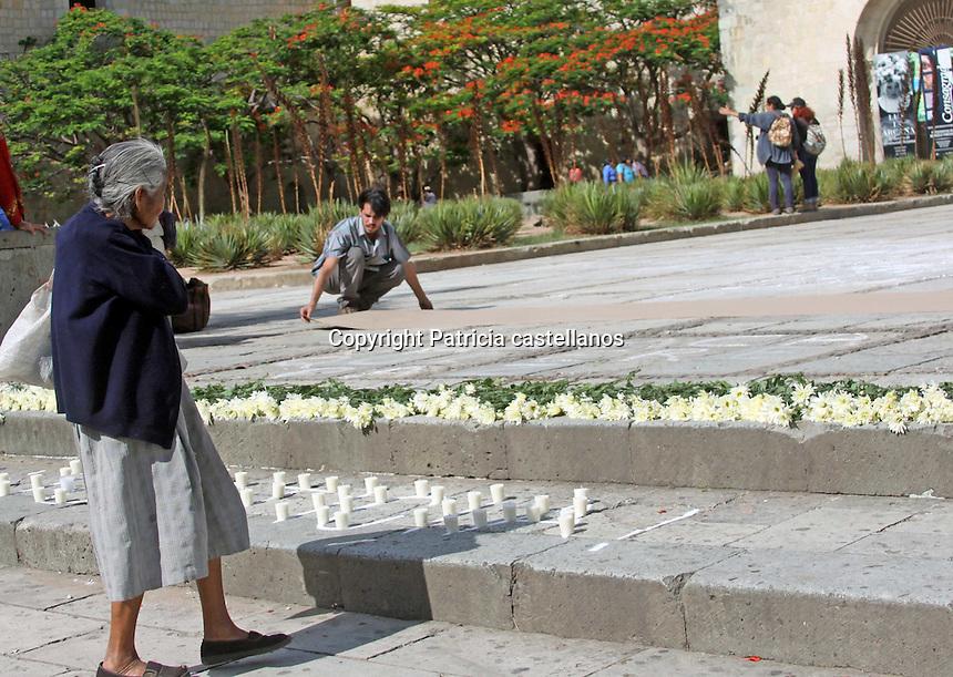 Oaxaca de Ju&aacute;rez, Oax. Con un enorme letrero citando &ldquo;Fue el estado&rdquo; sobre el adoqu&iacute;n, flores y veladoras frente al templo de &ldquo;Santo Domingo de Guzm&aacute;n&rdquo;, un grupo de activistas de la &ldquo;Brigada Cultural de Informaci&oacute;n Fuerza Oaxaca&rdquo;, brindaron una ofrenda en luto a los ca&iacute;dos durante el enfrentamiento entre la polic&iacute;a federal y  simpatizantes de la secci&oacute;n 22 de la Coordinadora Nacional de Trabajadores de la Educaci&oacute;n (CNTE) en Asunci&oacute;n Nochixtl&aacute;n el pasado 19 de junio.<br /> <br /> Durante esta actividad, los activistas colocaron tabloide de cart&oacute;n donde exhortaron a la ciudadan&iacute;a y turismo a escribir su sentir, y alg&uacute;n mensaje contra la violencia en M&eacute;xico.
