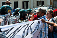Roma 27 Giugno 2012.Manifestazione  dei sindacati di base  contro la riforma del lavoro e il ministro Fornero..La Guardia di Finanza blocca i manifestanti in via Manzoni.