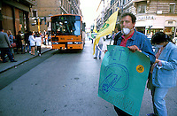 Roma  1986.Paolo Cento durante una manifestazione in favore delle corsie preferenziali per gli autobus del trasporto pubblico in Via Salaria