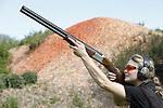 Foto: VidiPhoto<br /> <br /> BIDDINGHUIZEN &ndash; De eerste 130 cursisten hebben maandag in Biddinghuizen de drie verplichte onderdelen voor het jachtexamen afgelegd op de schietbaan Dorhout Mees in Biddinghuizen. Tot donderdag volgen er nog ruim 700 jagers in sp&eacute;. Wettelijk verplicht voor het jachtdiploma zijn hagelschieten (op kleiduiven), kogelschieten (op schijf met afbeelding een reebok) en jachtpraktijk (veilig omgaan met geweer). Met 875 cursisten is de jachtopleiding dit jaar volgeboekt. Jagen is enorm populair. Opvallend is een stijgend aantal jagende vrouwen, jongeren en mensen uit de Randstad. Het aantal vrouwen dat jachtexamen doet is dit jaar zelfs hoger dan ooit: bijna 14 procent. Dit jaar hebben 440 jonge cursisten zich ingeschreven, de helft van het totaal. Foto: Linda de Zwaan.