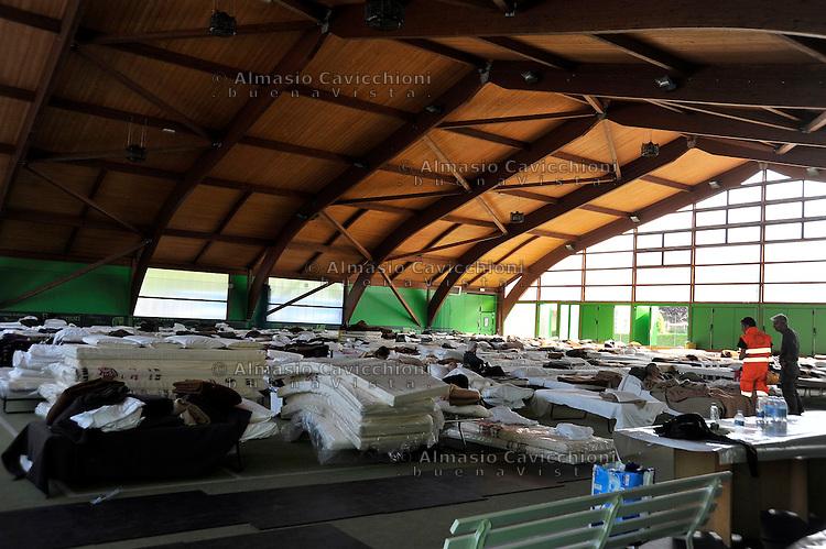 30 MAG 2012 Terremoto in Emilia - Tennis club di Cavezzo adibito a dormitorio d'emergenza.MAY 30 2012 Earthquake in Emilia -Tennis club in Cavezzo transformed in an emergency dormitory
