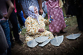 Eine Mutter weint am Grab ihres Sohnes nach der Beisetzung am 19. Jahrestag des Välkermords. 175 neu identifizierte Opfer wurden begraben. / A mother is weeping at her son's grave minutes after the burial at the 19th anniversary of the 1995 Srebrenica genocide where 175 newly identified victims have been laid to rest.