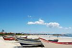 Barcos de pesca nas areias da praia de Itapoá, litoral norte de Santa Catarina, Brasil.