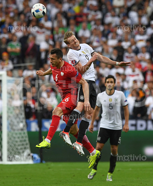 FUSSBALL EURO 2016 GRUPPE C IN PARIS Deutschland - Polen    16.06.2016 Tomasz Jodlowiec (li, Polen) gegen Andre Schuerrle (re, Deutschland)