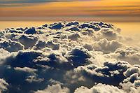 Cumulus Wolken: EUROPA,  FRANKREICH, HAUT ALPES 19.03.2004: Cumulus (lateinisch fuer Anhaeufung, Abk.: Cu) oder auch Kumulus ist die Bezeichnung einer Wolkenform. Der gemeinsprachliche Begriff dazu ist Haufenwolke oder Quellwolke. Die klassische, unverwechselbare Bilderbuchwolke mit ihrer flachen Unterseite und strahlend weissen Blumenkohlkoepfe auf der Oberseite besteht aus Wassertroepfchen und ist in den unteren Wolkenstockwerken anzutreffen.