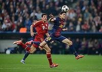 FUSSBALL  CHAMPIONS LEAGUE  HALBFINALE  HINSPIEL  2012/2013      FC Bayern Muenchen - FC Barcelona      23.04.2013 Marc Bartra (Barca) vor Mario Gomez (FC Bayern Muenchen)