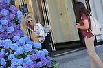 Foto: VidiPhoto<br /> <br /> AMSTERDAM &ndash; Toeristen en bezoekers van de Bijenkorf vergapen zich zaterdagochtend aan de imposante bloemengevels bij beide entrees van de Amsterdamse vestiging. De internationaal bekende bloemkunstenaar Florian Seyd heeft met vijftien medewerkers in de nacht van vrijdag op zaterdag de kunstwerken van paarsblauwe hortensia&rsquo;s opgebouwd. De exclusieve snijbloemenpresentatie moet de aandacht vestigen op de vernieuwde designerafdelingen van het warenhuis die zaterdag geopend worden in het kader van het zogenoemde Fashion Weekend. Florian en zijn medewerkers zijn de hele nacht bezig geweest om de 3000 snijhortensia&rsquo;s in de kunstwerken te schikken. Ook tijdens de speciale events op de designerafdelingen in de Amsterdamse Bijenkorf speelt de blauwe modebloem een hoofdrol. Voorbijgangers ontdekken tot hun grote verbazing dat het niet om kunstbloemen, maar om echte hortensia&rsquo;s gaat. De blauwe eyecatchers blijken een populair foto-object voor smartphonebezitters.