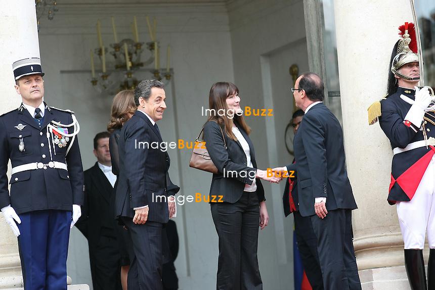 NICOLAS SARKOZY, CARLA BRUNI,  FRANCOIS HOLLANDE ET VALERIE TRIERWEILER - A LA PASSATION DE POUVOIR DE LA REPUBLIQUE FRANCAISE ENTRE NICOLAS SARKOZY & FRANCOIS HOLLANDE..15 MAI 2012 - PARIS (FRANCE)