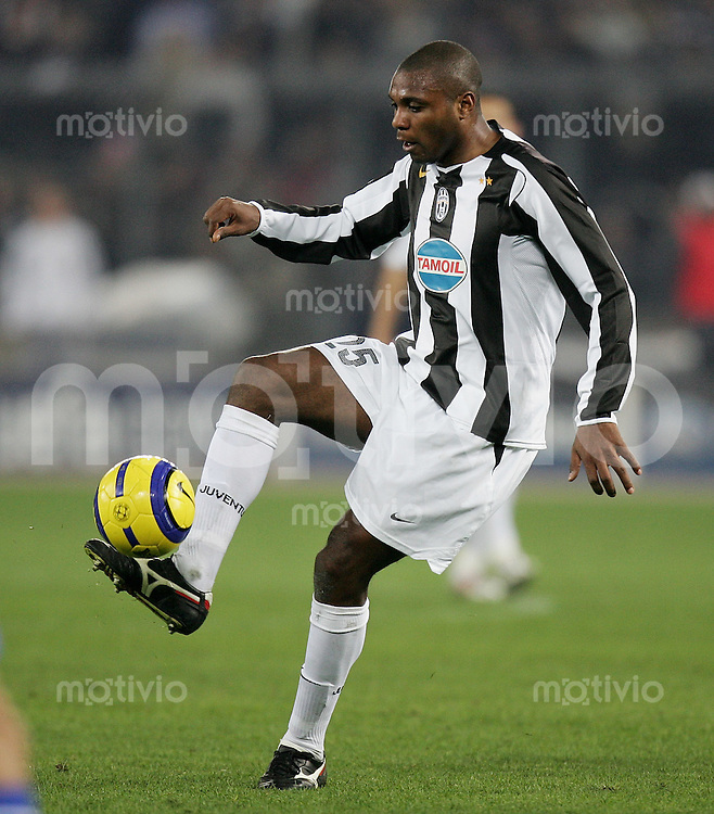 Fussball International Champions League 2004/2005 Achtelfinal Rueckspiel Juventus Turin 2-0 Real Madrid Marcelo Zalayeta (Juve) am Ball