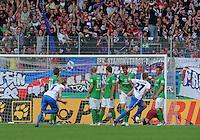 FUSSBALL   DFB POKAL   SAISON 2011/2012  1. Hauptrunde      30.07.2011 1. FC Heidenheim - Werder Bremen Freistosstor zum 1-1 Ausgleich durch Christian Sauter (re, 1 FC Heidenheim 1846) und enttaeuschte Werder-Mauer.