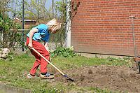 Schulgarten, Fläche am Schulgebäude, auf der ein Schmetterlingsgarten angelegt werden soll, Garten der Grundschule Nusse wird als Projektarbeit von einer 1. Klasse gestaltet, Kind gräbt den Boden um, Gartenarbeit