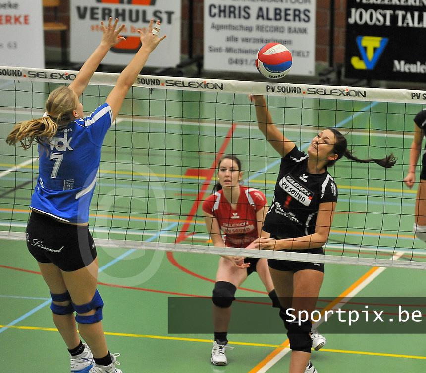 Tievolley Tielt - Vlamvo Vlamertinge : Raïsa Thielemans plaatst de bal naast de blokkende Lies Lecluyse (links).foto VDB / BART VANDENBROUCKE