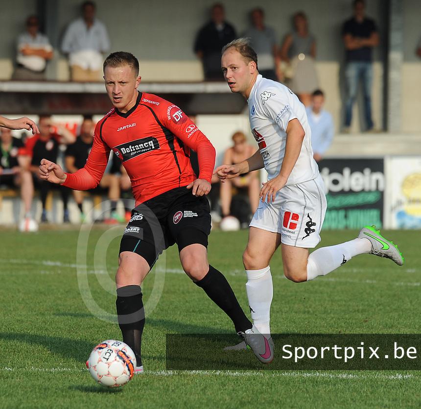Sint-Eloois-Winkel Sport - SV Temse :<br /> <br /> Tom Proost (R) kan Daan Van Gijseghem (L) niet afremmen<br /> <br /> foto VDB / BART VANDENBROUCKE