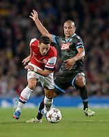 FUSSBALL   CHAMPIONS LEAGUE   VORRUNDE     SAISON 2013/2014    Arsenal London - SSC Neapel   01.10.2013 Mesut Oezil (li, Arsenal) enteilt Goekhan Inler (re, SSC Neapel)