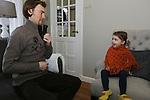 Foto: VidiPhoto<br /> <br /> EDE - De driejarige Judith Aalbers uit Ede krijgt het al jong met de paplepel ingegoten van papa Henk: met een dikke trui aan, kan de kachel een paard graden lager. En dat is goed voor het milieu. De open haard staat er vooral voor de sier, want de vieze rook is ook niet gezond. Vrijdag was het voor de achtste keer Nationale Warme Truiendag, georganiseerd door Klimaatverbond en de duurzame energieleverancier Greenchoice. Bijna 200.000 namen er aan deel, een kwart meer dan vorig jaar. Op school, thuis en op kantoor trokken de deelnemers een warme trui aan en zetten de verwarming een graadje (of meer) lager. Elke graad lager bespaart 7 procent stookkosten en CO2-uitstoot. Als heel Nederland &eacute;&eacute;n dag de verwarming een graad omlaag zet, spaart dat 3,6 miljoen kubieke meter gas: ofwel 3,2 miljoen euro en 6,4 miljoen kg CO2.