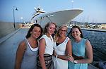 Foto: VidiPhoto<br /> <br /> KOS &ndash; Vier Nederlandse vriendinnen vieren een all inclusive meivakantie op het Griekse eiland Kos. De eilandbewoners zijn echter niet zo blij met de in populariteit stijgende all inclusive vakanties van de diverse reisorganisaties. In plaats dat toeristen hun geld besteden bij de middenstand op het eiland, blijven ze nu veelal hangen bij de zwembaden en het gratis eten en drinken in de luxe vakantiehotels. De vier vriendinnen gaan echter regelmatig stappen in Kos-stad en bezoeken de historische hotspots. Deze maand zijn er meer Nederlandse toeristen op Kos dan er ooit in mei zijn geweest, aldus vakantie-aanbieder Corendon. Oorzaak is mogelijk de relatief lage hotelkosten op het eiland vanwege de crisis. Om de belasting te kunnen (blijven) ontduiken vragen winkels, horeca en verhuurbedrijven aan toeristen contant te betalen en niet met pin.