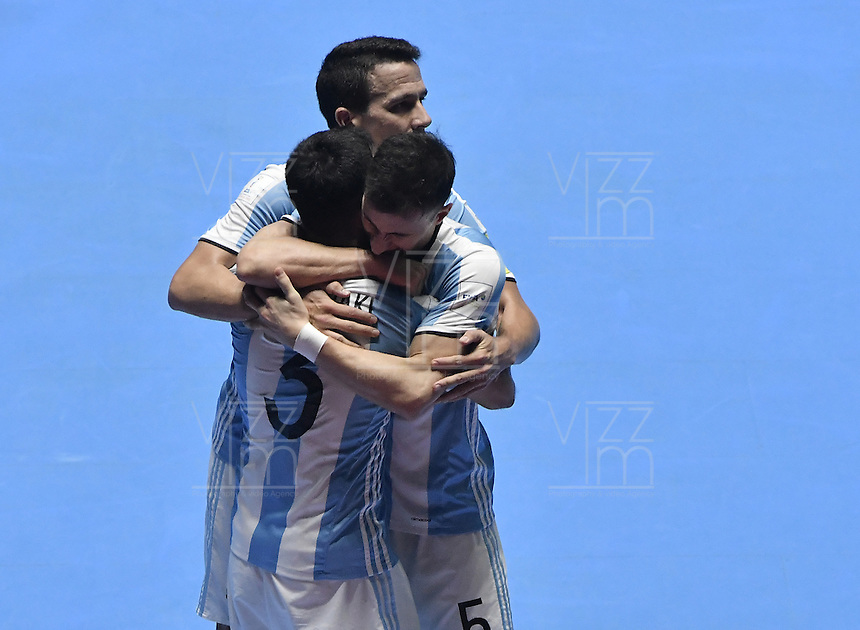 CALI -COLOMBIA-01-10-2016: Jugadores de Argentina celebran después de anotar un gol a Rusia durante partido por la final de la Copa Mundial de Futsal de la FIFA Colombia 2016 jugado en el Coliseo del Pueblo en Cali, Colombia. /  Players of Argentina celebrate after scoring a goal to Russia during match of the group A of the FIFA Futsal World Cup Colombia 2016 played at Metropolitan Coliseo del Pueblo in Cali, Colombia. Photo: VizzorImage/ Gabriel Aponte / Staff
