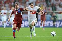 FUSSBALL  EUROPAMEISTERSCHAFT 2012   VORRUNDE Tschechien - Polen               16.06.2012 David Limbersky (li, Tschechische Republik) gegen Robert Lewandowski (re, Polen)
