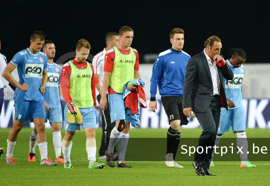 SV Zulte Waregem  - KV Kortrijk  : Kortrijkse coach Yves Vanderhaeghe (r) druipt ontgoocheld af met zijn spelers  na de verloren wedstrijd<br /> foto VDB / BART VANDENBROUCKE