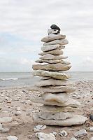 Naturkunst am Strand, Strandkunst, Meer, Küste, flache Steine an einem Strand werden zu einem Turm aufgestapelt, Steinturm