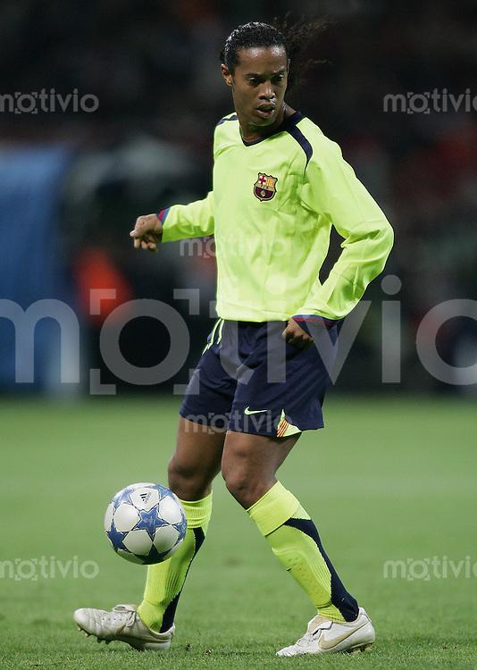 FUSSBALL Champions League 2005/2006 Halbfinal Hinspiel AC Mailand 0-1 FC Barcelona Ronaldinho (FC B) am Ball