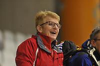 SPEED SKATING: INZELL: 08-12-2015, Max Aicher Arena, werelduurrecord Erik Jan Kooiman, moeder Ineke ziet dat het goed gaat, ©foto Martin de Jong