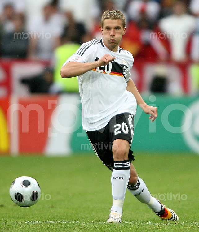 FUSSBALL EUROPAMEISTERSCHAFT 2008 Kroatien - Deutschland    12.06.2008 Lukas Podolski (Deutschland) am Ball.