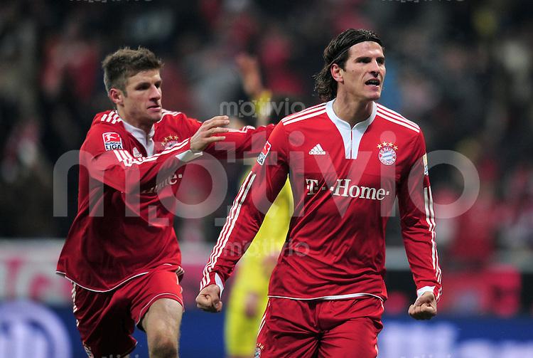 Fussball 1. Bundesliga :  Saison   2009/2010   22. Spieltag   FC Bayern Muenchen - Borussia Dortmund 13.02.2010 JUBEL nach dem TOR zum 3:1 von Mario Gomez mit Thomas Mueller (v. re, FCB)