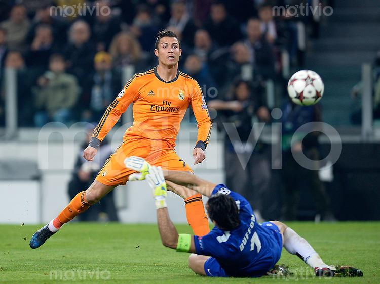 FUSSBALL   CHAMPIONS LEAGUE   SAISON 2013/2014   Vorrunde   Juventus Turin - Real Madrid     05.11.2013 Cristiano Ronaldo (li, Real Madrid) erzielt das Tor zum 1-1 Ausgleich gegen Torwart Buffon Gianluigi (Juventus Turin)