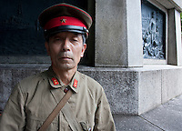 An old man in an Imperial era military uniform at Yasukuni Shrine. On August 15th every year people gather at Yasukuni Shrine to commemorate the end of the Pacific War. Notionally a call for remembrance and continued peace it is also a Mecca for right wing nationalist including  the paramilitary Uyoku Dantai. Tokyo, Japan, August 15th 2009