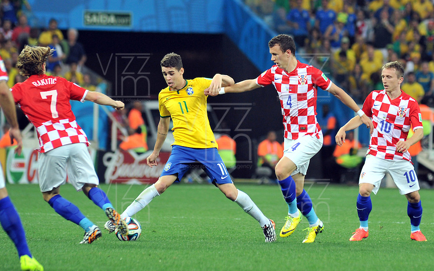 SAO PAULO - BRASIL -12-06-2014. Oscar  (Izq) jugador de Brasil disputa el balon con Ivan Perisic (Der) de Croacia en partido del Grupo A de la fase inicial jugado en el estadio Arena Corinthians en Sao Paulo por la Copa Mundial de la FIFA Brasil 2014./ Oscar  (L) player of Brazil fights the ball with Ivan Perisic  (R) player of Croatia during the match of Group A of the initial phaseplayed at Arena Corinthians in Sao Paulo for the 2014 FIFA World Cup Brazil. Photo: VizzorImage / Alfredo Gutierrez / Contribuidor