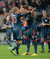 FUSSBALL   CHAMPIONS LEAGUE   SAISON 2013/2014   Vorrunde FC Bayern Muenchen - ZSKA Moskau       17.09.2013 JUBEL  Bayern Muenchen; Torschuetzen Arjen Robben (li) umarmt Mario Mandzukic