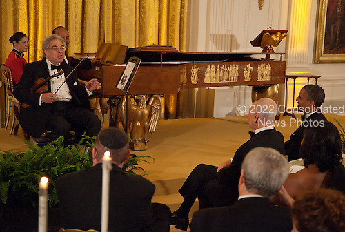 Violinist Itzhak Perlman performs for United States President Barack Obama and President Shimon Peres of Israel during a dinner in honor of Peres receiving the Presidential Medal of Freedom, in the East Room of the White House in Washington, D.C. on Wednesday, June 13, 2012..Credit: Martin Simon / Pool via CNP