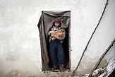 Gheorghe lebt in Stefanesti, einem kleinen Dorf in der N&auml;he<br />von Floresti. Er arbeitete auf einer Wanderbaustelle in Russland,<br />als er bei sich die ersten Symptome bemerkte und nach Moldawien<br />zur&uuml;ckkehrte. Nach zwei Monaten im Krankenhaus wird er<br />zuhause weiter behandelt. Er ist geschieden und Alleinerziehender<br />Vater von drei Kindern // Moldova is still the poorest country of Europe. Hopes to join the European Union are high. After progress in the past years tuberculosis is on the rise again. The number of new patients raise since 2010 and is on a level that has not been reached since the late 90s.