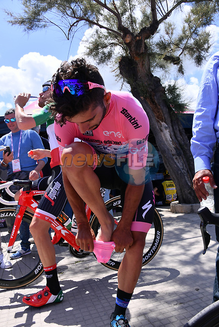 Race leader Fernando Gaviria (COL) Quick-Step Floors puts on pink socks before the start of Stage 4 of the 100th edition of the Giro d'Italia 2017, running 181km from Cefalu to Mount Etna, Sicily, Italy. 9th May 2017.<br /> Picture: LaPresse/Gian Mattia D'Alberto | Cyclefile<br /> <br /> <br /> All photos usage must carry mandatory copyright credit (&copy; Cyclefile | LaPresse/Gian Mattia D'Alberto)